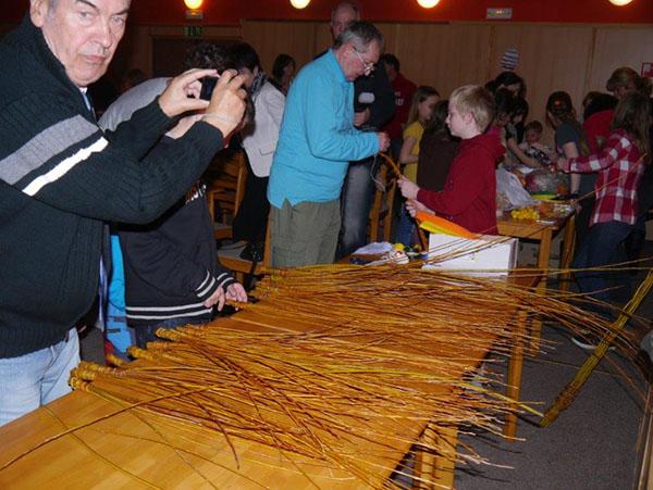 Traditionelles Osterruten-Flechten